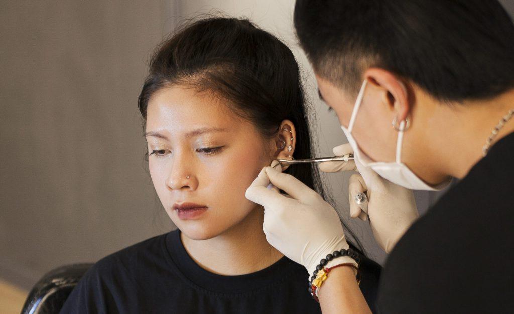 Bấm lỗ tai bao lâu thì tháo