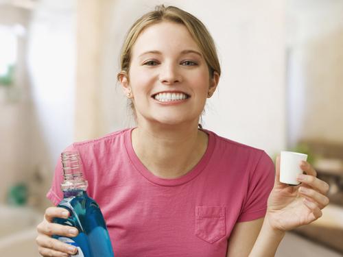 Ngậm nước muối trước hay sau khi đánh răng