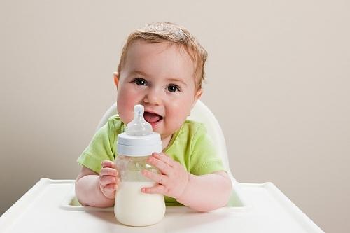 Bé 18 tháng tuổi uống bao nhiêu sữa 1 ngày